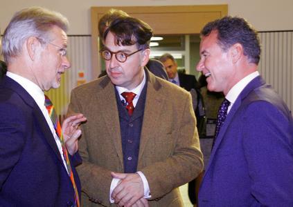 Sommerkolleg 2010 der WITTENSTEIN AG: Ermutiger und Überlebenstrainer Johannes Warth (Mitte) im Gespräch mit Dr. Manfred Wittenstein, Vorstandsvorsitzender der WITTENSTEIN AG (links) und Karl-Heinz Schwarz, Vorstandssprecher der WITTENSTEIN AG (rechts)