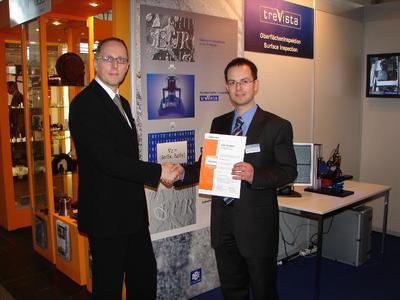 Rainer Kölmel übergibt die Urkunde an Dr. Christoph Wagner
