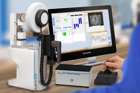 Das Messuhren- und Feinzeigerprüfgerät MFP 50 BV mit Bildverarbeitung und neuer Beleuchtungseinheit überzeugt durch Kompaktheit und eine bessere Ausleuchtung von Digitalmessuhren