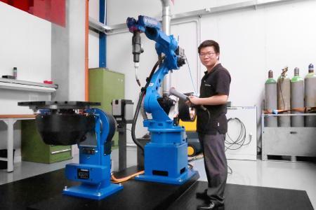 Geschäftsführer der SKS Welding Systems Shanghai im Schweißversuchslabor