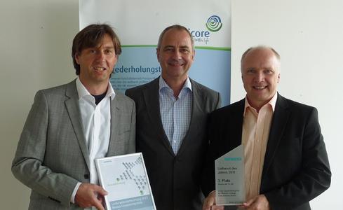 Uwe Schwarzbach, Regional Sales Manager Deutschland, Dr. Jörg Beuers, Vorstand der Umicore AG & Co. KG, und Jürgen Oestreicher, Account Manager, (v.l.n.r.) freuen sich über die zweifache Auszeichnung für Umicore durch den Siemens-Lieferantenpreis