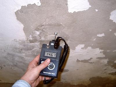 Wie feucht ist die Kellerwand, und welche Art der Sanierung bietet sich an? Darüber geben Feuchtemessungen und Vor-Ort-Beratungen durch Sotano-Mitarbeiter oder ausgewählte Kooperatiuonspartner des Herstellers Auskunft - bundesweit. Foto: SOTANO, Hemer