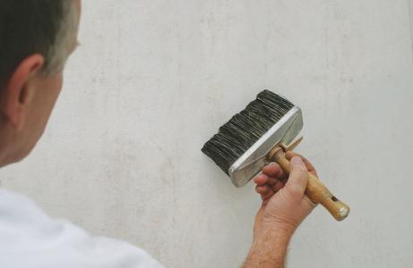 Eine optimale Wirkung entsteht, wenn FungiGrund mit der Bürste gut in den Untergrund eingearbeitet wird.