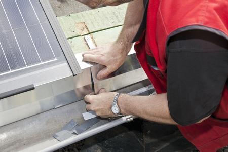 Beim Indachsystem SOLARWATT ORANGE Easy-In befinden sich die Solarmodule in der Eindeckungsebene. Der Wasserablauf erfolgt bei dieser Anlage direkt in die Dachrinne. Der Übergang vom Solarmodul in die Dachrinne erfolgt durch eine Verblechung