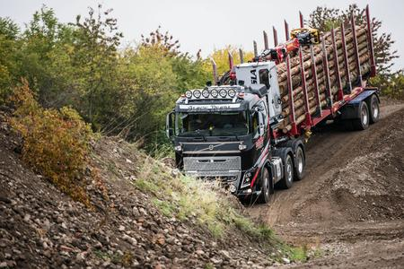 Über Stock und Stein: Volvo-Trucks werden auf dem Offroad-Gelände der Instruktorenbörse einem Härtetest unterzogen.  Foto: Christoph Pforr/Volvo Trucks