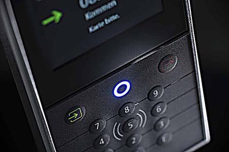 Ausgestattet mit Touch und Tastatur unterstützt das Terminal die Inklusion aller Mitarbeiter in die Zeiterfassung