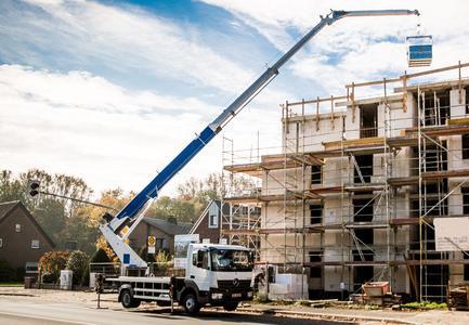 Sorgt für sicheres und effizientes Arbeiten selbst bei den größten Herausforderungen des Baustellenalltages – der neue Autokran AK 37/4000 in der 7,49-Tonnen-LKWKlasse von Böcker / Foto: Böcker Maschinenwerke, Werne