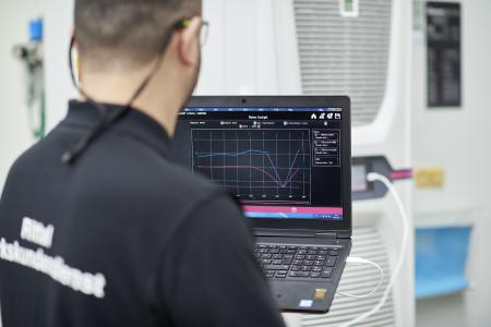 Everything under control: An employee from the Rittal Manufacturer's Service checks the current efficiency values of the Rittal Blue e+ cooling units / Source: Rittal GmbH & Co. KG
