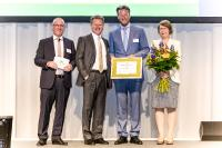 Chairman of the Board Philip Harting (second from right) receives the Railsponsible CSR Award at the Deutsche Bahn Railway Forum in Berlin. Gisela Eickhoff (right), CSR Consultant at HARTING, Deutsche Bahn Chairman Dr Richard Lutz (second from left) and Uwe Günther, Chief Procurement Officer (CPO) Deutsche Bahn AG and Chairman of Railsponsible, are also delighted with the award.