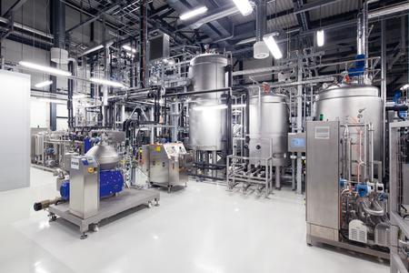 In der Pilotanlage am Fraunhofer-Zentrum für Chemisch-Biotechnologische Prozesse CBP stellen Forscher Erdölersatzstoffe aus nachwachsenden Rohstoffen her. © Gunter Binsack / Fraunhofer CBP
