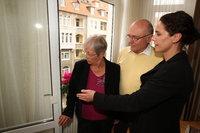 Der Umweltdezernent der Region Hannover, Prof. Dr. Axel Priebs, überreicht Heidrun und Bernd Hanke aus der Südstadt einen Blumenstrauß. Sie erhielten die 5.000ste Modernisierungsberatung