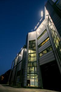 Die prägnante außenliegende Stahlkonstruktion der Kraftwerkfassade erhält durch die Beleuchtung mit der »XOOLUM« eine flächige Hinterleuchtung