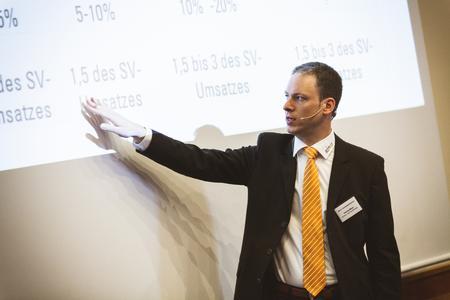 """acmeo Chef Henning Meyer rät """"Vorsicht vorm Kistenschieben in der Cloud"""" und gibt in seinem Vortrag Praxistipps rund um Betriebsmodelle pro User weiter"""