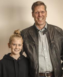 Die CIM GmbH unterstützt den Solidaritätslauf der Realschule Maisach. Im Bild: CIM-Mitarbeiter Markus Schwarz mit seiner Tochter Julia