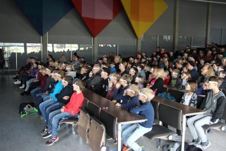Gespannt lauschen die rund 250 Besucher Professor Lecons Erklärungen / © Hochschule Aalen / Dr. Susanne Garreis