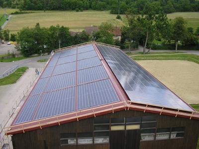 Reithalle im Schwäbischen Land mit Solarmodulen von Centrosolar