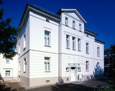 Beim Wettbewerb der Maler- und Lackierer-Innung Wiesbaden-Rheingau-Taunus wurde die stuckverzierte Fassade der Landwirtschafts- und Gartenbauschule in Wiesbaden zum Sieger gekürt. Ausgeführt wurden die Arbeiten vom Maler- und Stuckateurbetrieb Haar & Sohn