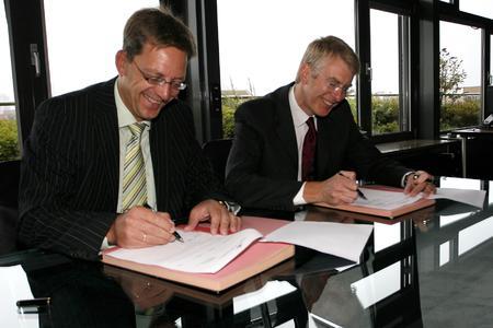 Höft & Wessels stellvertretender Vortandsvorsitzender Peter Claussen und der Vorstandsvorsitzende der üstra Hannoversche Verkehrsbetriebe AG André Neiß (von links)
