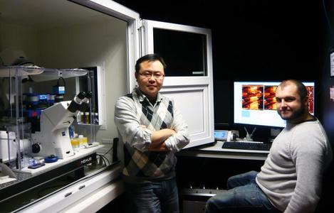 Dr Luning Liu with his JPK NanoWizard® system at the University of Liverpool