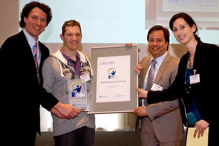 Von links nach rechts: Klaus Jahn, Geschäftsführer des Industrieverbandes Textil Service, Preisträger Stephan Güthler, Verleger Alexander Holzmann und Chefredakteurin Vanessa Ebert bei der Auszeichnung