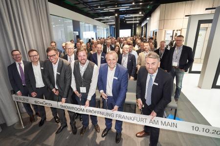 Andreas Engelhardt (2. v. re.), persönlich haftender Gesellschafter der Schüco International KG, eröffnet den Showroom des Unternehmens im Nextower, Bildnachweis: Schüco International KG