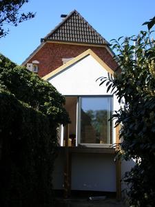 Die Neigung der Dachflächen wurde unterschiedlich ausgeführt, so dass sich im Anbau ein großzügiges Raumgefühl ergibt. (Foto: Britta Clemens)