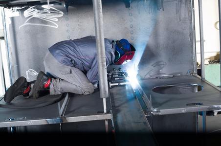 Mechanisierung steigert Qualität und spart Kosten - Dank des Einsatzes eines pistengeführten Schweißtraktors und die dadurch hohe Konstanz konnte Mesa die Qualität verbessern/ Zugleich führt diese Mechanisierung bei den damit gefertigten Bauteilen zu einer Halbierung der Produktions- und Arbeitszeit/ Darüber hinaus nutzen sich die Verschleißteile des Schweißbrenners durch diese Lösung um 20 Prozent weniger ab / Foto: EWM AG
