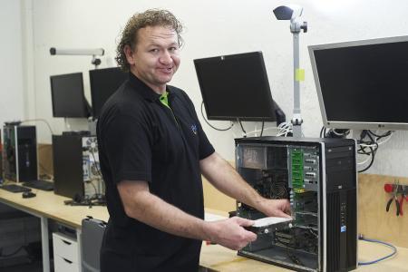 Ein AfB-Mitarbeiter repariert einen PC
