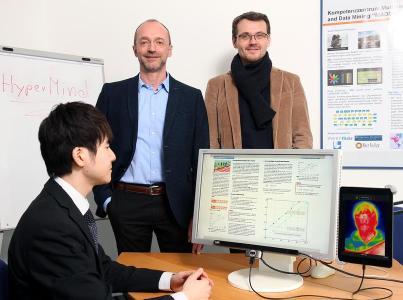Forscher um Professor Dr. Andres Dengel (links) und Professor Dr. Jochen Kuhn entwickeln ein intelligentes Schulbuch für Tablet und Rechner, das mittels Sensortechnik Blickrichtungen erkennt / Foto: Thomas Koziel