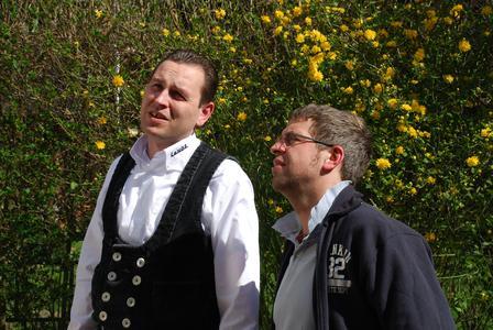 Zimmerermeister Christian Lange (links) erläutert dem Bauherrn André M. Bajorat (rechts), wie der neue Anbau gartenseitig mit dem INTHERMO Wärmedämm-Verbundsystem bekleidet wird. (Foto: Achim Zielke für INTHERMO)