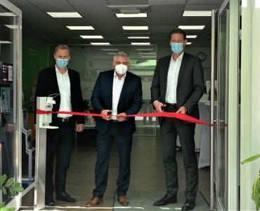 (von links): Bürgermeister Dr. Oliver Jedynak, Süwag-Vorstand Vertrieb und Personal, Mike Schuler,