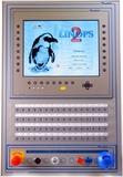 MMI.XT mit 64 Tasten, 15-Zoll-Grafikdisplay und zusätzlichen konventionellen Bedienelementen. Unten rechts im Bild der SWAC Reader USB für die Zugriffskontrolle.