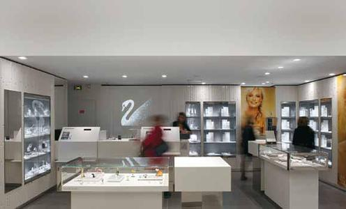 The Zumtobel lighting system installed in the Swarovski boutique at the Carrousel du Louvre shopping centre in Paris boasts a very high level of colour rendition quality, so that the exclusive exhibits can be presented to optimum effect
