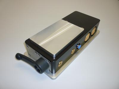 Bild 1: zeigt eine Gefrierspannplatte, die als Energiequelle lediglich das  hauseigene Druckluftnetz benötigt