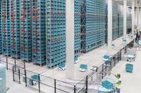 Skypods übernehmen sowohl den Transport zum Kommissionierer als auch die Lagerung in der automatischen Regalanlage. Um die Integration kümmert sich Klinkhammer.
