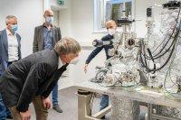 Prof. Jörg Kröger (re.) erläutert Prof. Stefan Sinzinger (Vordergrund) die Funktionsweise des Tieftemperatur-Rastertunnelmikroskops (©TU Ilmenau/Lutz Müller)