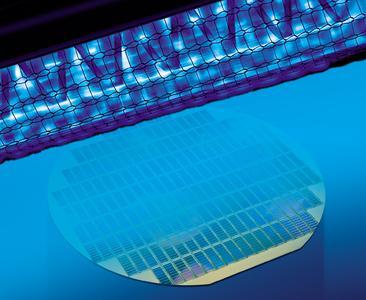 Leistungsstarke Excimer-Strahler sind ideale UV-Quellen zur Aktivierung von Oberflächen, wie hier bei einem Wafer (Foto: Heraeus)