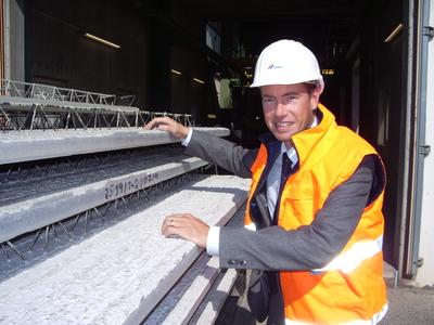 """Der Geschäftsführer Michael Saphörster ist stolz, dass der Bad Dürkheimer Betonfertigteilhersteller in Übereinstimmung mit der neuen europäischen Norm produziert und selbst die hohen Zulassungsanforderungen der französischen """"Avis Technique"""" (ATec) erfüllt"""