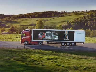 """Das Crimson Pearl genannte Rot der Volvo FH """"25 Year"""" Sonderedition erinnert an die ursprüngliche Fahrerhausfarbe des Volvo FH. Das Bild auf dem Auflieger zeigt, wie sich das Design dieser Truck-Ikone von 1993 bis 2018 gewandelt hat"""