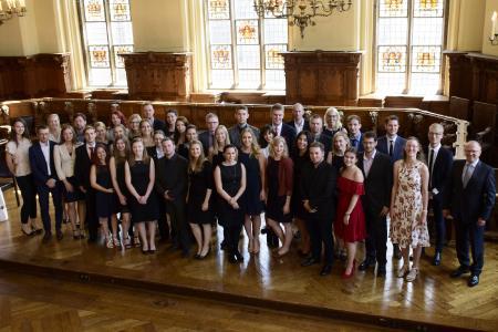 frisch absolviert und verbeamtet die absolventinnen und absolventen des dualen studiengangs public administration ganz - Hochschule Bremen Bewerbung