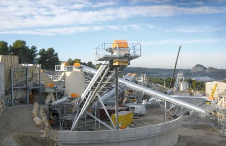 In Steinbrüchen sind zum Antrieb der Gurtbandförderer leistungsstarke Industriegetriebe gefragt, wie NORD DRIVESYSTEMS sie im Angebot hat
