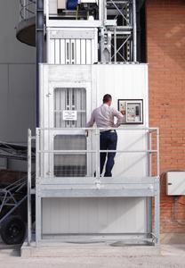Der Aufbau und der Anschluss des Lifts erfolgten direkt am Kalkofen mit einer hochgesetzten Bodenstation, die über eine Leiter zugänglich ist / Foto: Böcker Maschinenwerke, Werne