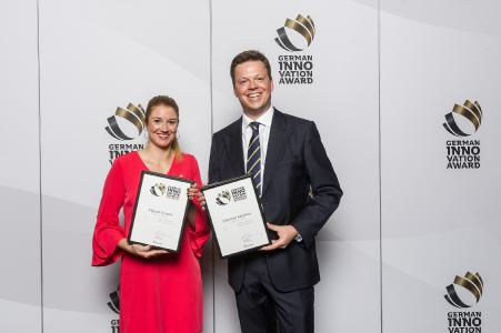 Freuten sich über die Ehrungen mit dem German Innovation Award 2018: Tosha Hübert, Marketing Managerin bei Weidmüller (li.) und Benjamin Hollmann, Leiter Marketing Management bei Weidmüller (re.) mit den Auszeichnungen für Klippon Connect und Industrial Analytics