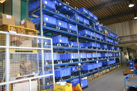 Rückseite (Beschickungsseite) der Tünkers-Palettenregalanlage mit Durchlaufkanälen im Montagebereich. Hier lagern insgesamt 180 Euro-Stapelbehälter XL 800 x 600 mm.