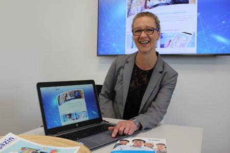 Zeigt, wie Digitalisierung in der Sozialwirtschaft Einrichtungen oder Werkstätten im Alltag unterstützen kann: Barbara Buj (NOWIS) präsentiert das neue Portal www.sozialwirtschaft-digital.de / Foto: NOWIS GmbH