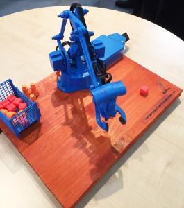 Der Miniatur-Roboter war zu Anschauungszwecken mit der neuen Software MARCO, Maintenance- und Ressourcen-Cockpit, verknüpft.