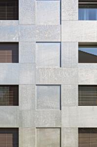 Für die hinterlüftete Fassade kam 3 mm starkes, feuerverzinktes Stahlblech zum Einsatz / Foto: archphoto, inc. © Baumschlager Eberle Architekten