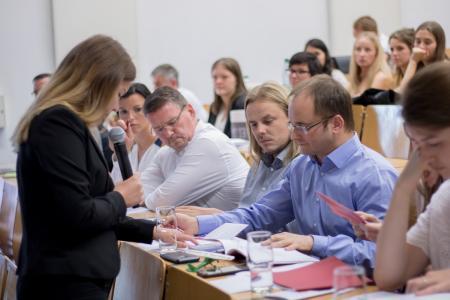Laura Meinfelder von der studentischen Nachwuchsagentur QUERdenker stellt sich kompetent den kritischen Fragen von Flight Design-Geschäftsführer Daniel Günther