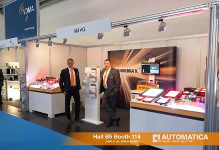 Herr Axel Müller (links, Geschäftsführer für den Bereich LED-Beleuchtung der iiM AG) und Herr Karsten Moses (rechts, Vertriebsmanager) präsentieren das LUMIMAX Beleuchtungsportfolio