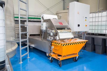 Die Vorfilterstation UF 700 ist ein hydrostatisch arbeitender Schrägbettfilter mit einem 4000 Liter großen Edelstahl-Auffangbehälter. Der abgeschiedene Filtrationskuchen kann über einen kippbaren Schlammwagen bequem ausgebracht werden.